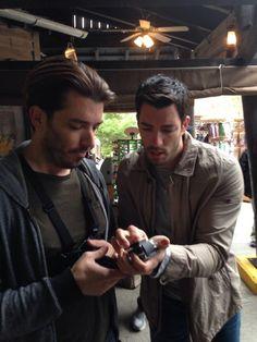 This is @MrSilverScott and @drew covi Scott trying to figure out technology. #HowManyScottsToScrewInALightbulb