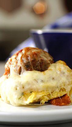 Presenteie os seus amigos com esse incrível e rápido pão recheado com almôndegas!
