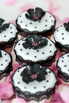 Vintage cupcakes by Planet Cake Flowers Cupcakes, Yummy Cupcakes, Black Cupcakes, Fondant Flowers, Cupcakes Design, Cupcake Art, Cupcake Cookies, Cupcake Frosting, Fondant Cupcakes