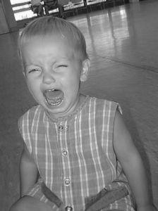 Das Kind tobt, brüllt, schreit und kriegt sich gar nicht mehr ein. Oder es jammert, trotzt und stampft. Typisch Trotzphase – manche haben's intensiver, andere sind humaner zu ihrer Umwelt.Eine wunderschöne und liebevolle Methode im Umgang mit solchen Wutausbrüchen habe ich unlängst in einem Buch gefunden, in dem man so was vordergründig nicht erwarten würde: …