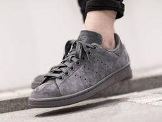 Découvrez une présentation en images de la Adidas Stan Smith (Onix/Bold Onix), une sneaker pour homme ou femme, en daim gris. Tenis Da Moda, Sapato Tumblr, Sapatos, Roupas, Moda Masculina, Masculino, Looks, Larisa