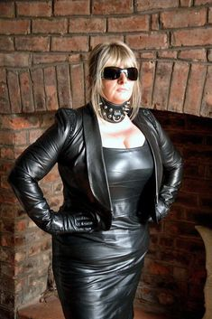 In praise of all the mature dominant women in the world with that natural air of authority that comes with age. Leather Mini Dress, Black Leather Gloves, Black Leather Skirts, Leather Dresses, Leather Pants, Curvy Outfits, Sexy Outfits, Leder Outfits, Latex Dress