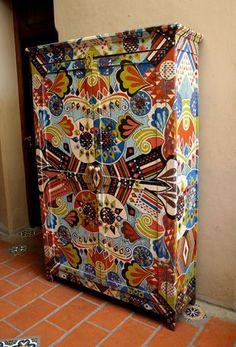 Lucas Rise painted armoire - hermoso en verdad!