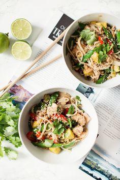 Asiatischer Glasnudel Salat mit Lachs und Sesam