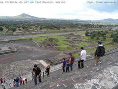 """TEOTIHUACAN - Importante sítio arquelógico situado a menos de 1 hora da cidade do México. Chamada de """"Cidade dos Deuses"""". Um imenso complexo de construções em disposição geométrica. Permanece em estudo inclusive com trabalhos de campo. A foto foi tirada na subida da Pirâmide do Sol, a mais alta construção do local. Dá para observar a Calzada de los Muertos (Calçada dos Mortos), a reta que vai até um grande largo à frente da Pirâmide da Lua. Foto : Cida Werneck"""