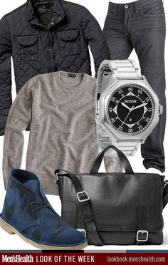 calça jeans escuro, botas desert azul marinho, blusa cinza de manga comprida, relógio prata, pasta masculina preta e casaco preto.