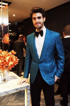 A Tom Ford raw silk smoking jacket - lucky chap. Mens Fashion 2018, Mens Fashion Suits, Mens Evening Wear, Dinner Party Outfits, Men Christmas Party Outfit, Party Fashion, Fashion Outfits, Tuxedo For Men, Men Formal