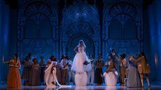 """""""Bodas no Monastério"""" é uma ópera cômica dividida em quatro atos que foi composta em 1940 e teve sua estreia adiada pela intensificação da Segunda Guerra Mundial (1939-1945)."""