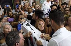Always nice to be with the fans ✌🏼️👍🏼🔝👌🏼 #CR7 https://www.facebook.com/CristianoRonaldo.ClubCR7/