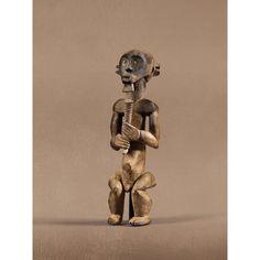 Importante statue , Fang, Sud-Ouest du Cameroun eyima byeri, le personnage masculin tenant de ses deux mains une corne-médicament nlakh. Le hiératisme de la pose est accentué par l'axe médian dessiné par la corne et autour duquel s'organisent les volumes géométriques, jouant sur la juxtaposition des plans et l'accentuation des points de rupture. A la puissante stylisation du corps répond celle de la tête, amplifiée par la rigueur de la coiffure en casque à chignons transverses, l'intensité…