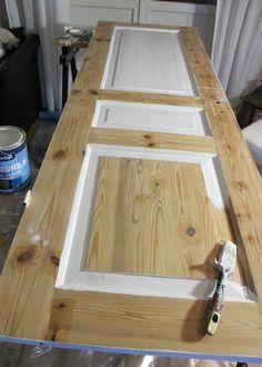 Nu har jag börjat måla en gammal spegeldörr. Äntligen! Den har hängt uppe omålad sen flera månader. Det är vår badrumsdörr. Min sambo tog b...