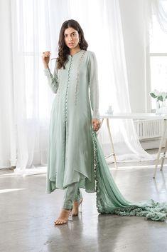 Indian Fashion Dresses, Dress Indian Style, Indian Designer Outfits, Designer Dresses, Pakistani Designer Clothes, Simple Pakistani Dresses, Pakistani Dress Design, Pakistani Outfits, Pakistani Bridal