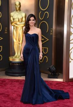 Sandra Bullocks looks classy in her dark blue gown! #Fashion #Icon