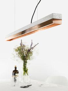 *[C1]*copper Die rechteckige Hängelampe [C1]copper wird aus einem hellgrauen Beton gegossen. Sie kombiniert modernes Kupferblech mit rauem Beton zu einer zeitlosen und eleganten Designerleuchte....