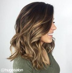 A balayage é uma coloração permanente que procura dar um efeito natural ao cabelo, dando um contraste bonito entre a cor base do cabelo e o tom mais claro em zonas propositalmente escolhidas. Luzes e mechas geralmente dão um resultado mais marcado e artificial, por isso prefiro a balayage.  hi light, balayage como fazer, balayage mel, balayage cabelos escuros, balayage ombre,  balayage com duas cores, cabelos com luzes, cabelos com mechas #balayage #luzes #mechas #cabelosloiros #brondehair