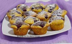 Briosele sunt un desert ideal, sunt delicioase si usor de pregatit. Exista multe combinatii si se pot decora in multe feluri. Am alses o ret... Muffin, Breakfast, Ely, Food, Sweets, Morning Coffee, Eten, Cupcakes, Muffins