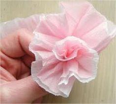 Vamos fazer flores do papel crepom. A técnica é bem simples, mas o resultado é incrível. Você vai precisar de: Papel crepom em duas cores desejadas. Observe as cores pastel usadas acima, ficou delicado, não é...