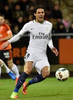 Paris Saint-Germain's Uruguayan forward Edinson Cavani controls the ball during the French L1 football match between Lorient and Paris Saint-Germain (PSG) at the Moustoir stadium in Lorient, western France, on March 12, 2017. / AFP PHOTO / LOIC VENANCE
