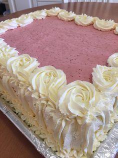 Mansikkamoussekakku on eräs ihanimmista täytekakuista. Meillä sitä on tehty muutaman vuoden ajan kaikkiin juhliin - ja se maistuu aina y... Sweet Cakes, Cute Cakes, Yummy Cakes, Baking Recipes, Cake Recipes, Baking Ideas, Let Them Eat Cake, Bread Baking, No Bake Cake