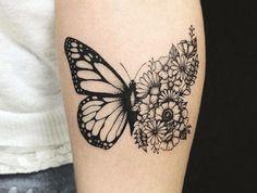 tatouage avant bras femme, tatouage à design unisex, dessin en encre motif demi-papillon et bouquet de fleurs