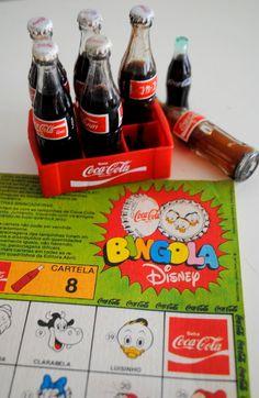 Doisartigos colecionáveis que marcaram minha infância (1977),  Mini Garrafinhas Coca-Cola com mini engradado,  tampinhas de metal da Coca-cola com desenho da turma da Disney e cartela Bingola: