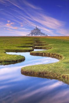 la terre s'ouvre devant le Mont Saint Michel. Conoce más sobre impresionantes fortalezas en el blog de www.solerplanet.com