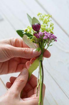 Wildflower wedding - part tie a flower bracelet for bridesmaids yourself Flower Bracelet, Wild Flowers, Glass Vase, Bracelets, Plants, Wedding, Bridesmaids, Decor, Tie