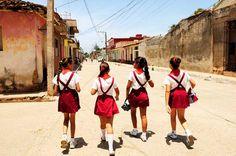 Chicas vuelven a sus casas tras ir a la escuela en la ciudad de Trinidad, Cuba