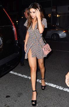 Como ser cool usando mini bolsa. Selena Gomez, vestido floral envelope, sapato preto, bolsa rosa