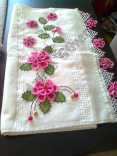bords de serviettes en dentelle à motif floral – Women's Site - Just DIY Hand Work Embroidery, Creative Embroidery, Beaded Embroidery, Embroidery Stitches, Crochet Beaded Necklace, Bead Crochet, Diy Flowers, Crochet Flowers, Hand Work Design