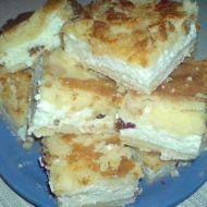 Švédský koláč  250 g     máslo  náplň 1 hrnek     krystal cukr      mléko  3 ks     tvaroh  2 ks     vejce      rozinky  1 ks    vanilkový cukr  těsto 1 hrnek    krystal cukr  1 ks     prášek do pečiva  3 hrnky     polohrubé mouky