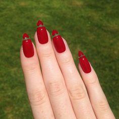 lange rote Gelnägel mit scharfen Spitzen