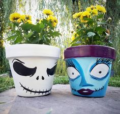 flower pots outdoor This pair is AWESOME for the ultimate front stoop this Halloween! These hand painted, Nightmare Before Christmas flower pots feature Jack and Sally and ar Painted Flower Pots, Painted Pots, Hand Painted, Painted Pebbles, Flower Pot Crafts, Clay Pot Crafts, Pots D'argile, Clay Pots, Jack Et Sally