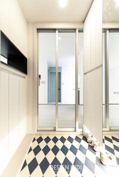 모루유리 3연동 중문 Doors, Home, Hall, House Entrance, Tile Floor, Interior, House, Contemporary Rug, House Interior
