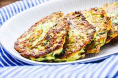 Zucchinipuffer I Tiny Spoon (kid cooking snacks) Food Bowl, A Food, Food And Drink, Good Food, Zucchini Puffer, Vegetarian Recipes, Healthy Recipes, Homemade Baby Foods, Le Diner