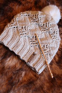 Pinetree Hat pattern by Viktoria Gogolak Inspired by the Nevron hat, this hat is worked in rows sideways. A little bit of lacy, a little bit of wintery at the same time. Front post stitches create cute little pinetrees on your hat 🙂 Crochet Adult Hat, Crochet Hat For Women, Crochet Beanie Hat, Knit Or Crochet, Cute Crochet, Crochet Scarves, Crochet Crafts, Crochet Clothes, Knitted Hats