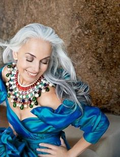 Yasmina Rossi - gorgeous older model! Love her grace and youthful presence. Yasmina Rossi, Corte Y Color, Advanced Style, Ageless Beauty, Going Gray, Aging Gracefully, Grey Hair, White Hair, Old Women