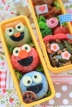 Sesame Street bento with tinted rice for character faces: Oscar the Grouch & Elmo & Cookie Monster Bento Box Lunch For Kids, Bento Kids, Cute Bento Boxes, Bento Lunchbox, Japanese Bento Box, Japanese Food Art, Kawaii Bento, Sushi Dessert, Food Art Bento