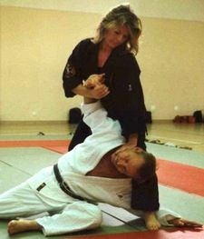 Zelfverdediging-voor-vrouwen-Zele_ju-jitsu.jpg - Jiu Jitsu Berlare - Zele - Dendermonde - Overmere: Judo, Karate én Aikido in één vechtsport en zelfverdedigings sport.   Martial arts - zelfverdediging - vechtsport - self-defense - Zumba - BJJ  http://www.jiujitsu-berlare.be  - - http://www.jiujitsu-berlare.be/jiujitsu-berlare.be/lid_worden.html  - - http://www.jiujitsu-berlare.be/jiujitsu-berlare.be/programma.html - - http://www.jiujitsu-berlare.be/jiujitsu-berlare.be/films.html