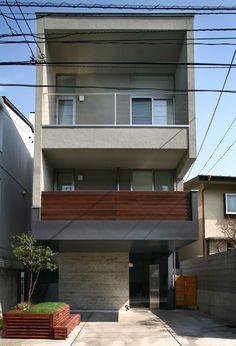 東京都目黒区にあるスキップフロアの事務所兼住宅です。地下室部分はオーワークスのオフィスとしても活用されている代表的な建物でもあります。 Small House Design, Modern House Design, Japanese Architecture, Architecture Design, Small Modern Home, Narrow House, Home Studio, Little Houses, Minimalist Home