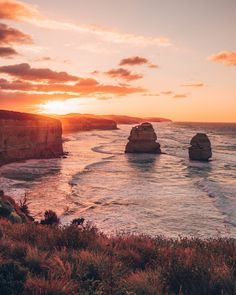 Great Ocean Road trip itinerary, driving from Melbourne to Adelaide, must see on the Great Ocean Road, Twelve Apostles Sunrise, Victoria Australia Melbourne To Adelaide, Sydney, Melbourne Travel, Melbourne Australia, Fraser Island, Dawn And Dusk, Seaside Towns, Largest Countries, Great Barrier Reef
