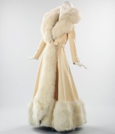 Fox Fur Coat by Shannon Reynolds c. 1968 This evening coat, with its sweeping proportions and generous use of white fox fur, harks back to glamour. It was created by respected American designer Shannon Rodgers. 1930s Fashion, Look Fashion, Vintage Fashion, Fur Fashion, Crazy Fashion, Mens Fashion, Fashion Kids, Korean Fashion, Mantel Vintage