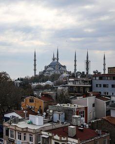 Wer einen schönen Ausblick auf Istanbul mit der Hagia Sofia und der Blauen Moschee möchte dem empfehlen wir einen Besuch der Terrasse vom Restaurant Cihannuma. Istanbul Sehenswürdigkeiten Highlights und Tipps für einen Tag am Blog. Auf unserem YouTube Kanal gibts auch ein Video. Folgt uns fur weitere Eindrucke auf @gindeslebensblog If you want a beautiful view of Istanbul with the Hagia Sophia and the Blue Mosque we recommend a visit to the terrace of the Cihannuma restaurant. We show you… Youtube Kanal, Hagia Sophia, Paris Skyline, Istanbul, Highlights, Restaurant, Blog, Travel, Beautiful