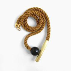 Otoño - Collar de cordón Mokuba caramelo, tubo de latón y bola de madera