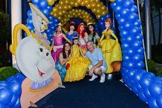Uma festa Bela e a Fera com uma decoração clássica do castelo, xícaras fofas e personagens vivos para a animação ficar completa!