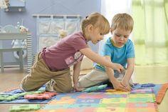 Primi sorrisi a 2-3 mesi, primi passi tra i 12 e i 24 mesi, dai 2 anni iniziano i giochi di finzione, mentre intorno ai 5 anni si cominciano a distinguere realtà e fantasia. Ecco le principali fasi della crescita di un bambino, dalla nascita al primo giorno di scuola.