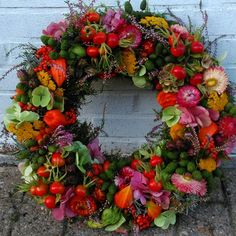 Wonderful Cost-Free colorful Spring Wreath Tips Find a uncomplicated just how to steer for wreath producing and make up a lovely outdoors spring wre Diy Spring Wreath, Autumn Wreaths, Diy Christmas Garland, Christmas Decorations, Corona Floral, How To Make Wreaths, Dried Flowers, Floral Arrangements, Beautiful Flowers