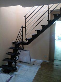 Escalier limon central deux quart tournant finition laquee for Petit escalier 4 marches