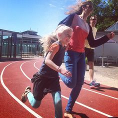 Family sprint in the sun #ShapedCanvasTrack #SportArt #KunsthalAarhus #ready #red #ClassicRunningTrack #seaarhus