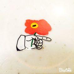 花を持つ手ブローチ